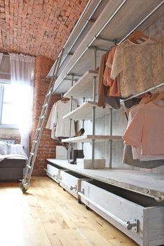 aménager un dressing, penderie blanche industrielle et murs en briques
