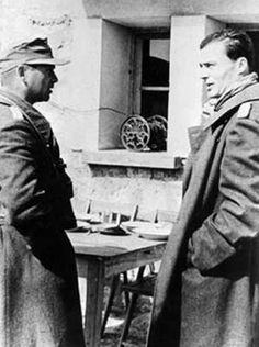 Oberst Claus Schenk Graf von Stauffenberg (rechts) im Frühjahr 1943 in Tunesien im Gespräch mit Generalmajor Friedrich von Broich, dem Kommandeur der 10. Panzerdivision.