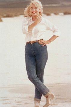Marilyn Monroe ommy Hilfiger versteigert Marilyn-Monroe-Jeans 28. September 2017 MODE-AUKTION Marilyn-Monroe-Fans aufgepasst: Tommy Hilfiger versteigert eine Jeans, welche die Hollywood-Ikone in einem ihrer Filme trug. Insgesamt bietet der Modedesigner 300 Stücke zur Auktion an, welche zum Großteil einen prominenten Vorbesitzer hatten
