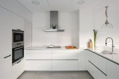 cocina-blanca-con-isla-santos-brezo-04 Smart Kitchen, Kitchen Reno, Kitchen Dining, Kitchen Cabinets, Küchen Design, House Design, Interior Design, Kitchen Organization, New Homes