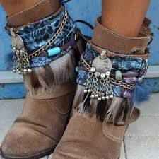 Beige boots with blue ethnic boho trimmimgs Hippie Stil, Mode Hippie, Bohemian Mode, Boho Chic, Bohemian Boots, Hippie Boots, Bohemian Style, Masai Mode, Gypsy Style