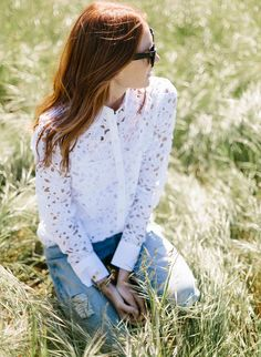 Entre dentelle ajourée et coupe classique, cette chemise blanche a tout bon  ! (photo fe3473c9060b
