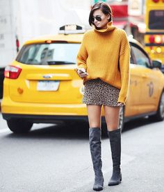 Danielle Bernstein street style look inverno com bota over the knee cinza.