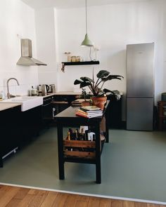 Finally moved - an insight into the kitchen with green linoleum floor .- # the # finally # green # linoleum floors - Web 2020 Best Site Kitchen Rug, Living Room Kitchen, Green Kitchen, Home Design, Linoleum Flooring, Floors, Bathroom Vinyl, Luxury Flooring, Floor Decor