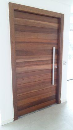 Porta pivotante de madeira de Imbuia com pintura de verniz P.U acetinado (Sayerlack) - Ecoville Portas Especiais