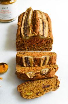 In dit heerlijke gouden, smeuïge, vegan, zoete bananenbrood Golden Spices Mix wat de smaak extra bijzonder (en gezonder) maakt. Geniet! Spice Mixes, Cake Cookies, A Food, Banana Bread, Sweet Tooth, Spices, Brunch, Tasty, Healthy