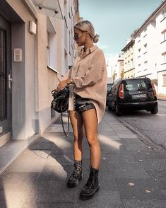 25 Trendy Spring Outfits for Women Cute Street Styles Casual and Classy Ideas Check casual spring outfits for work chic jeans, spring outfits for a casual look. Cool look for travel. Street Style Outfits, Looks Street Style, Mode Outfits, Looks Style, Casual Outfits, Fashion Outfits, Womens Fashion, Fashion Trends, Teen Outfits