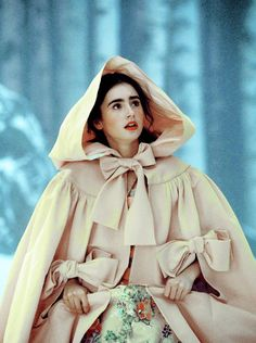 Lily Collins, Snow White - Mirror Mirror directed by Tarsem Singh Costume Coordinator: Jennifer Anderson Images Aléatoires, Moda Lolita, Eiko Ishioka, Princess Aesthetic, Mode Chic, Movie Costumes, Shades Of Yellow, Mellow Yellow, Bright Yellow