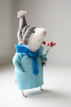 Mouse with tulips Maus mit Tulpen Needle Felted Animals, Felt Animals, Needle Felting, Mouse Pictures, Pet Mice, Felt Mouse, Cute Mouse, Fairy Dolls, Felt Art
