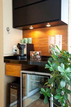 Boas decisões pontuam decoração de apartamento pequeno - cafeteira, cervejeira e adega