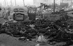 Les cadavres de civils carbonisés, à Tokyo, au Japon, après le bombardement américain du 9 mars 1945