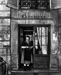 Robert Doisneau La concierge aux lunettes (The Concierge with the Glasses), Rue Jacob, Paris 1945 Robert Doisneau, Black And White Pictures, Black White, Gropius Bau, Street Photography, Art Photography, Creative Photography, French Photographers, Vintage Paris