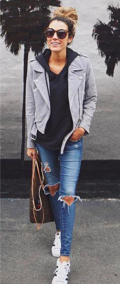 Casual cool: 10 looks para te inspirar. Sobreposição com moletom e casaco cinza, calça jeans destroyed, tênis all star branco