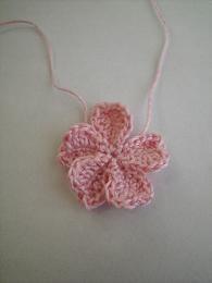 2段目は、細編み・中長編み。長編み2目・長編み2目、引き抜き編みを2セット。これを5回繰り返して完成。 Crochet Buttons, Knit Crochet, Yarn Crafts, Diy And Crafts, Dogwood Flowers, Japanese Flowers, Crochet Accessories, Crochet Flowers, Crochet Projects