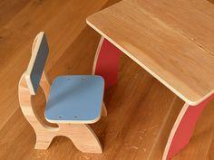 Una silla de madera de los cabritos para niños pequeños con un diseño curvo simple. Está hecha de contrachapado con bordes redondeados y está disponible en dos tamaños y una gran variedad de colores. Todo pintura y barniz no es tóxico.  Es conveniente para 18-36 meses de edad.  Dimensiones: 45 cm x 25 cm x 30 cm (h x w x d)  Altura de asiento: 25 cm  Colores disponibles: azul, rojo, blanco, amarillo, rosado, verde