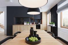 amenagement-cuisine-bois-table-rectangulaire-chaises-dosseret-noir-armoire-rangement