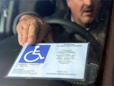 Politie voert strijd op tegen misbruik gehandicaptenkaart De politie nam vorig jaar een recordaantal parkeerkaarten voor mindervaliden af omdat ze nagemaakt of onterecht gebruikt waren.