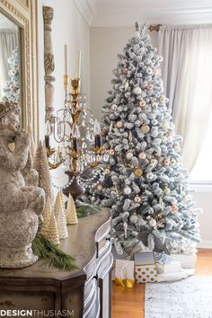 Dining Room Holiday Decorating | If you're looking to bring a little Christmas elegance to the dining room, these holiday decorating ideas will inspire you to entertain at home. -----> #christmasdecorideas #christmasdecorations #christmasdecorationideas #holidaydecorideas #holidaydecoratingideas #holidaydecorations #frenchcountrychristmas #elegantchristmasdecor #diningroomdecorideas #christmasdiningroom