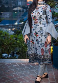 Stunning and Unique Sleeves Designs for Dresses - Kurti Blouse Kurti Sleeves Design, Sleeves Designs For Dresses, Kurta Neck Design, Dress Neck Designs, Sleeve Designs For Kurtis, Pakistani Dresses Casual, Indian Gowns Dresses, Pakistani Dress Design, Pakistani Fashion Casual