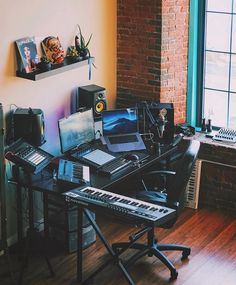 ✅ Live in an apartment and have no space for a home studio? Check out these 11 awe-inspiring home studio ideas for small apartments - Great ideas for how to set up a music studio in an apartment or small space! Music Studio Decor, Home Recording Studio Setup, Home Studio Setup, Studio Layout, Studio Desk, Home Studio Music, Studio Interior, House Music, Home Music Rooms