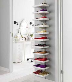 BRUK VEGGENE: En ledig vegg, selv om den ikke er så stor, kan brukes til mye – blant annet skohyller.