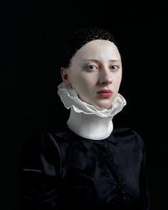 Le photographe hollandais Hendrik Kerstens revisite avec humour les portraits de la Renaissance. Depuis quelques années, ce photographe autodidacte s'est lancé dans la photographie avec pour modèle régulier sa fille Paula