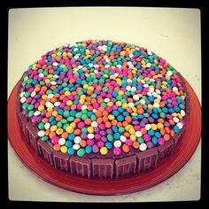 pastel de chocolates decorado con botonetas para cumpleaños