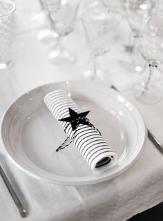 Simple Christmas table settings with a touch of black White Table Settings, Christmas Table Settings, Christmas Decorations, Table Decorations, Christmas Tables, Noel Christmas, Winter Christmas, Christmas Presents, Xmas
