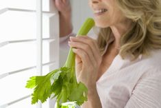 Not only is celery tea satiating and helps eliminate toxins, but it is low-calorie and fights abdominal inflammation while helping you lose weight. Fitness Facts, Kidney Health, Alkaline Foods, Diet And Nutrition, Best Weight Loss, How To Lose Weight Fast, Celery, Health And Wellness, Voordelen Van