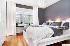 Chambre grise et blanche