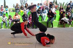 Nezahualcóyotl Méx. 02 Marzo 2013. Partir el aire impetuosamente y contorsionarse elásticamente al ritmo de la música, es una muestra de la aptitud de estas dos deportistas nezahualcoyotlenses.  Foto. Francisco Gómez