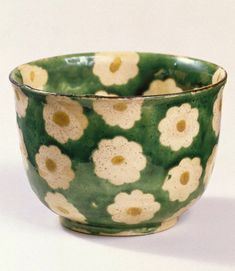 Stoneware with enamel background and paper-resist blossoms with enamel centers. Ceramic Clay, Ceramic Pottery, Pottery Art, Clay Art Projects, Clay Crafts, Pottery Painting, Ceramic Painting, Keramik Design, Cute Cups