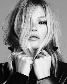 Ermanno Scervino enlists supermodel Kate Moss for its spring-summer 2020 campaign. Lensed by Luigi & Iango, the British beauty poses in a series of black and… Jamie Hince, Portrait Photography, Fashion Photography, Moss Fashion, Kate Moss Style, Queen Kate, Campaign Fashion, Foto Instagram, Foto Pose