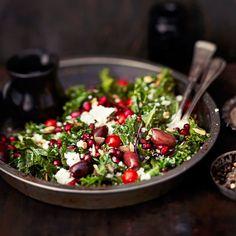 5 x kokkaa lehtikaalista   Soppa365 Bao Buns, Pomegranate Salad, Green Bowl, Kale, Food Inspiration, Feta, Vegetarian Recipes, Cabbage, Salads