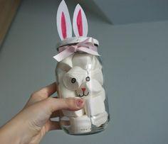 Marmeladenglas wie ein Hase dekoriert und Marshmallows