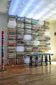 Großartiger Effekt aus den Trofast-Spielzeugaufbewahrungsboxen, montiert an Wand und Decke. Hat das nicht sogar mal einen #ikeahack Wettbewerb gewonnen? Bleibt auf jeden Fall eine besonders moderne und fassungsmächtige Lösung für die Hausbibliothek! #DIY