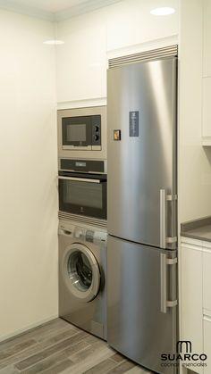 Cocina Blanca en forma de L. Bungalow Kitchen, Condo Kitchen, Apartment Kitchen, Home Decor Kitchen, Home Kitchens, Kitchen Pantry Design, Kitchen Cupboards, Modern Kitchen Design, Home Design Decor