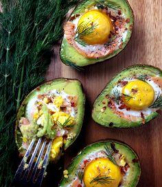 アボカドの種をくり抜いた部分にサーモンと卵を入れてオーブンで焼いた料理です。見た目も可愛くて、混ぜながら食べればアボカドのクリーミーさと卵の相性を楽しめます。ランチや朝食にもピッタリな料理です。
