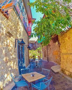Keyif Köşeleri Volume 3 Tuvana Hotel Kaleiçi Antalya  Otel'in bulunduğu tarihi bir sokakta keyif köşesi. Renkler ve doku çıldırtıcı güzellikte. Antalya'ya gittiğinizde mutlaka Kaleiçi Antalya'da böyle bir tarihi konakta kalın! @tuvana_hotel   150 TL 2 kişi oda kahvaltı  www.kucukoteller.com.tr/antalya-kaleici-otelleri.html ✨ #antalya #kaleiçi #tuvanahotel #tarihi #otantik #kucukoteller #kucukotellertuvana   by sevgili @izkiz
