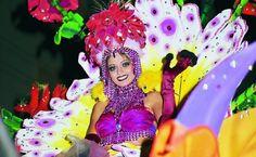 """Santa Cruz de Tenerife, Espanha: à la Brasil O Carnaval de Santa Cruz de Tenerife, nas Ilhas Canárias, é o mais """"brasileño"""" de todos os celebrados na Espanha e é famoso internacionalmente por ser um dos mais populares do mundo. O segredo do sucesso nós conhecemos bem: ritmo e espetáculo"""