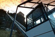Per Lift auf die Riegersburg  Seit 2003 kann man die Burg bequem mit einem Panoramalift erreichen, dessen Talstation sich an der Nordseite des Burgberges befindet.  Der Lift ist ein Selbstfahrer, d.h. er fährt auf Knopfdruck. Die Kabine bietet 20 Personen Platz, die etwa 90 Meter Höhenunterschied werden in ca. 1 ½ min überwunden. Die vom Besucherausstieg sichtbare oberste Liftstation wird nur für Zulieferungen, Transporte etc. verwendet. Kabine, Berg, Transportation