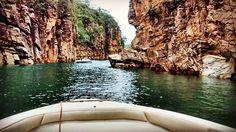 Pra começar bem a semana, #Capitólio é a pedida! 😍🚤🌇 ▫▫▫▫▫▫▫▫▫▫▫▫▫▫▫▫▫▫▫ To start a great week, let's think about #Capitólio, a paradise in #Brazil. #🚤 ▫▫▫▫▫▫▫▫▫▫▫▫▫▫▫▫▫▫ #naproadavida #trippics #Mtur #brasil #brasilsensacional #minasgerais #mg #furnas #mardeminas #canion #viagem #trip #brasil_vacations