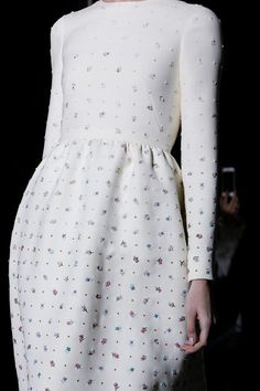 Chic white dress with colourful embroidered flowers; fashion details // Valentino Haute Couture @sommerswim