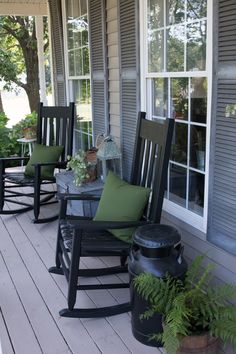 Welcome to our front porch ideas for small homes gallery. Like your front door, your front porch is an important part of curb appeal. It is the first part of your home that your visitors will see, and should match the overall style of your home. Farmhouse Front Porches, Small Front Porches, Decks And Porches, Southern Front Porches, Summer Front Porches, Small Patio, Front Porch Seating, Front Porch Design, Front Porch Chairs