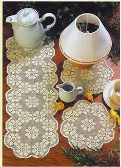Caminho e centros para mesas em crochê filé.
