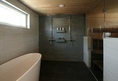 Hyllyt suihkujen välissä ja seinän väri.