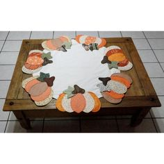 toalha de mesa em patchwork redonda - Pesquisa Google Patchwork Table Runner, Table Runners, Patches, Kids Rugs, Embroidery, Frame, Tablecloths, Home Decor, Creative Ideas