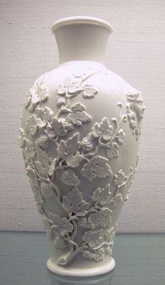Complementi d'arredo in porcellana fatti a mano. Piccoli capolavori in porcellana di Capodimonte, una lunga tradizione artigianale per gli… Vase Crafts, Clay Crafts, Wine Bottle Crafts, Bottle Art, Ceramic Painting, Ceramic Art, Ceramic Pottery, Pottery Art, Clay Wall Art