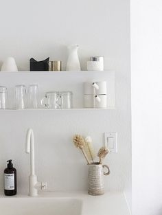 Check out photos of kitchen open shelving and well styled shelves that can inspire you to change your kitchen. Domino magazine shares photos of stylish open shelving in kitchens. Küchen Design, Home Design, Design Ideas, Clean Design, Kitchen Shelves, Kitchen Dining, Open Kitchen, Glass Shelves, Kitchen White