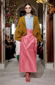 Valentino: Spring 2019 - The New York Times Couture Fashion, Paris Fashion, Spring Fashion, High Fashion, Colour Blocking Fashion, Spring Couture, Couture Collection, Couture Dresses, Valentino